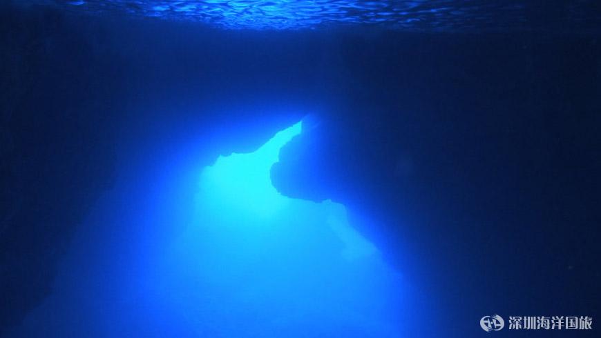 光线从外海透过水道打进洞里,蓝洞水池内能透出淡蓝色的光泽,相当美丽